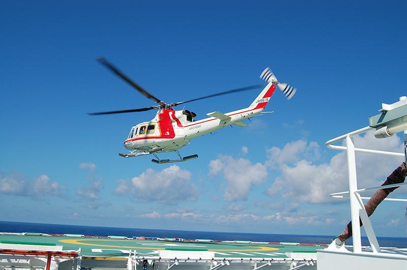 ヘリコプターによる人員交代 (協力:朝日航洋株式会社)