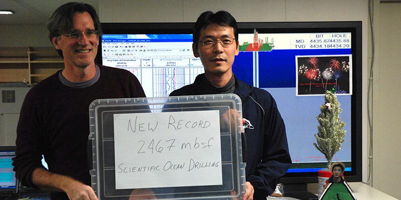 2013年12月、この当時の科学掘削での世界最深度を達成しました!(海底面から下2,467m)この後、さらに掘り進めて、2014年1月には、3,058.5 mに達し、世界最深記録を更新しました。