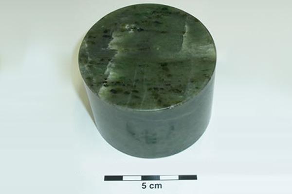 かんらん岩のコア試料。オリーブ色(深緑色)からオリビンと名付けられた。