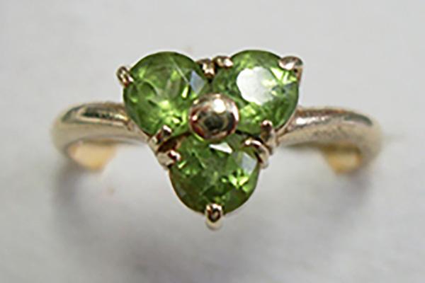 マントルの石と言われる緑色のかんらん石(ペリドット)。指輪などに用いられる。