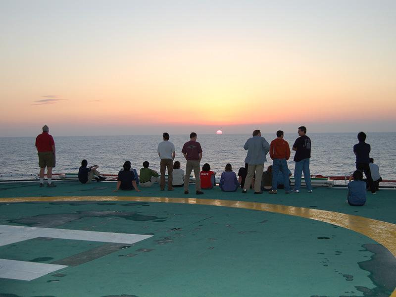 ヘリデッキから見る夕日