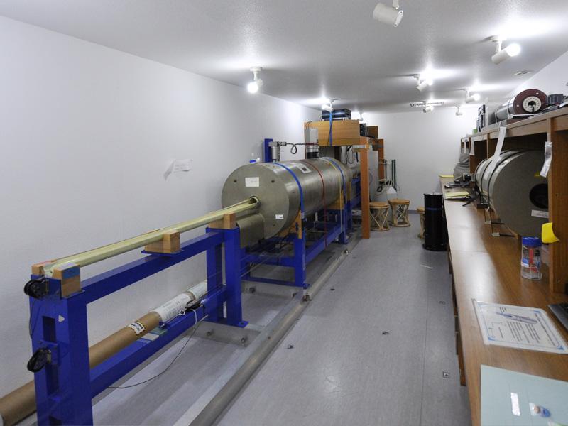 磁気シールドルームの内部。パススルー型超電導岩石磁力計をはじめとした様々な装置を備えている。